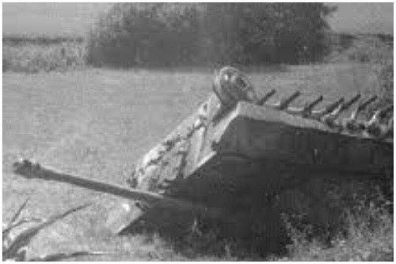 """Танк """"пантера"""" на полях Германии, 1947 год. местные жители сняли все, что можно было снять, включая гусеницы. Остался лишь  остов..."""
