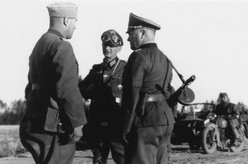 После вторжения в СССР использование захваченного оружия уже стало само собой разумеющимся - фото немецких солдат с нашим ППШ можно во множестве встретить в разных источниках