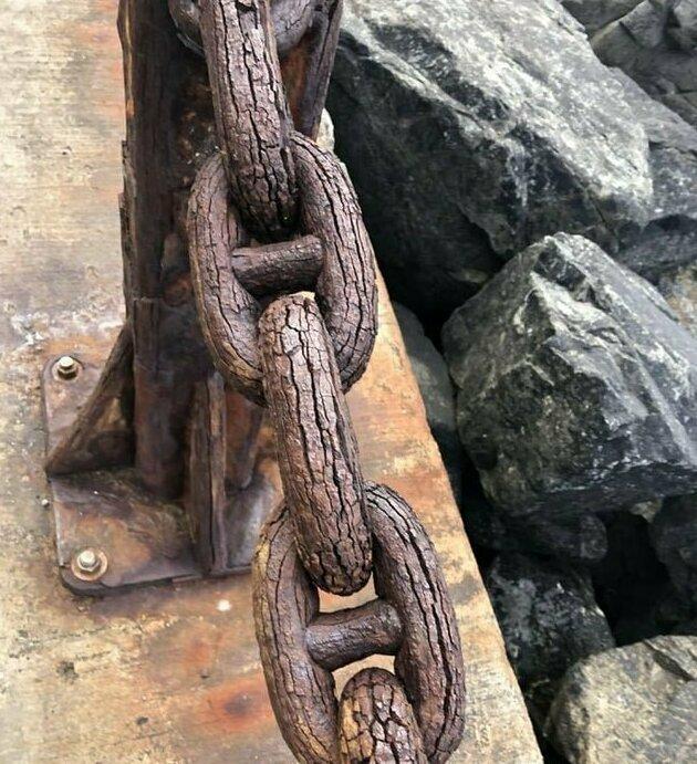 Эта металлическая цепь, со временем, стала похожа на деревянную