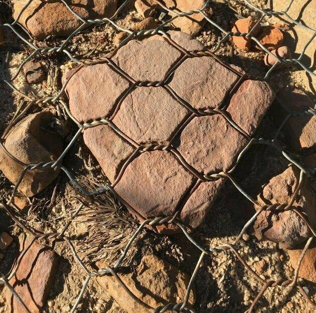 Металл со временем врезался в камень