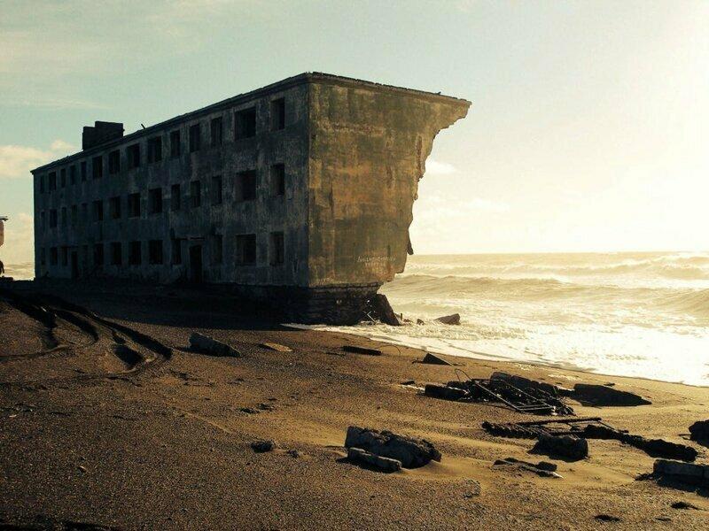 Заброшенный жилой дом, который постепенно сточило море. Бывший рыбацкий посёлок Кировский, Россия