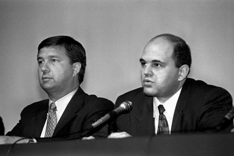 Вице-президент персональных программных продуктов IBM Джон Сойринг (слева) и глава правления Международного компьютерного клуба Михаил Мишустин на 7-м Международном компьютерном форуме. 1996 год