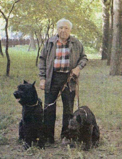 Юрий Никулин и его ризеншнауцеры - Юта и Федя. Москва, 1990-е