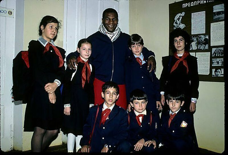 Майк Тайсон с пионерами. Москва, 2 ноября 1988 года