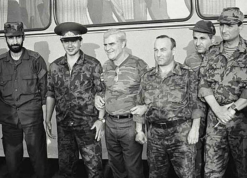 Сухуми, 1993 год. Первый слева молодой генерал Гия Каркарашвили, с мая 1993 министр обороны Грузии, комендант Гагры. Второй слева - глава ГКЧС РФ Сергей Шойгу.