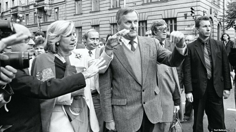 Мэр Санкт-Петербурга Анатолий Собчак, его советник Владимир Путин, его охранник Виктор Золотов, Санкт-Петербург, сентябрь 1992 года.