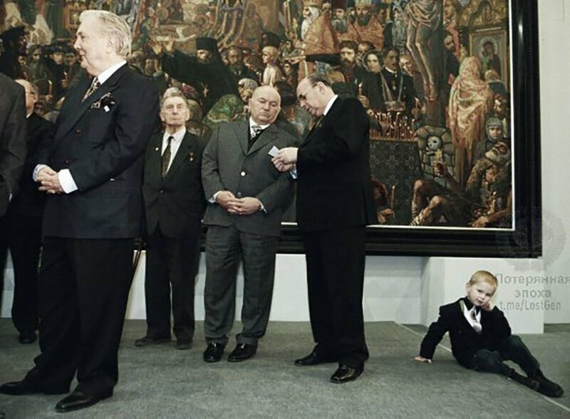 Илья Глазунов, Юрий Лужков, Владимир Ресин и скучающий мальчик, органично расположившийся на полу Третьяковской галереи, 1999 год