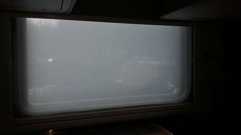 На окне 2 занавески. Одна полупрозрачная