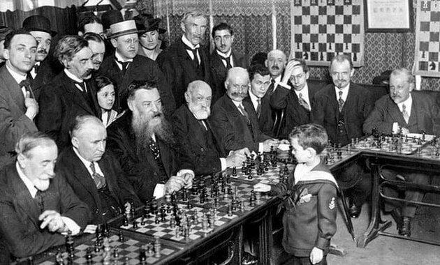 Во Франции 1920 года состоялся необычный шахматный турнир среди мастеров. Всех победит 8-летний мальчик по имени Самуэль Решевский