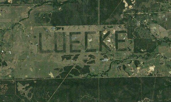 В конце 90-х фермер из Техаса убирал свои поля в форме имени. Это одна из самых больших надписей, зафиксированных со спутников