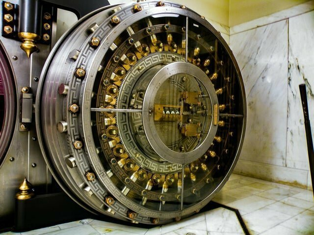 Дверь банковского хранилища 108 лет назад