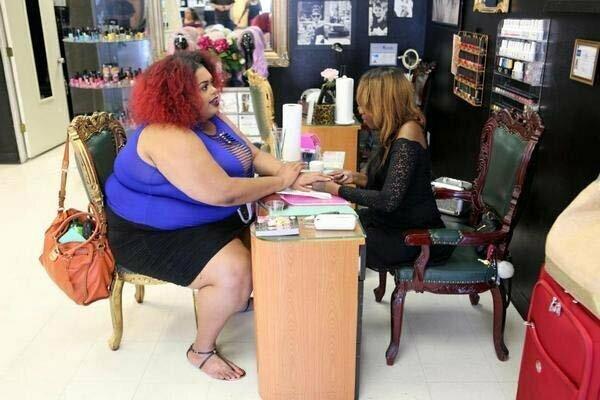 Очень крупная дамочка открыла салон красоты с самыми крепкими креслами