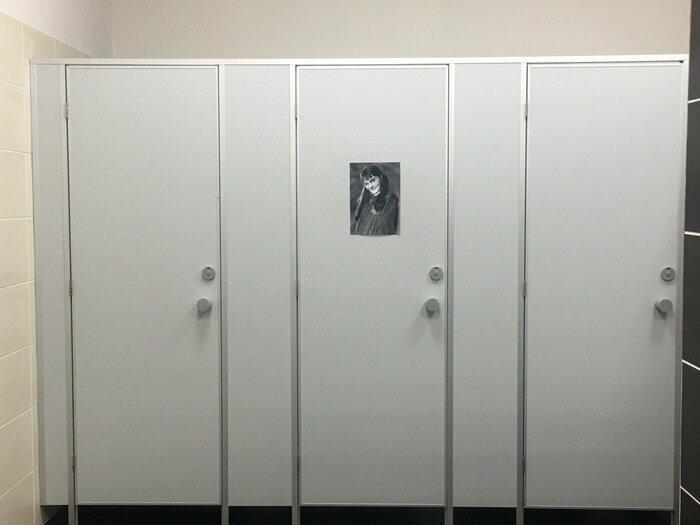 В туалете... Мелочь, а забавно