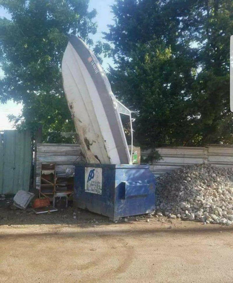 А вот кто-то лодку выбросил