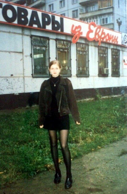 """Стильная дама возле магазина """"Товары из Европы"""". Конец 90-х"""