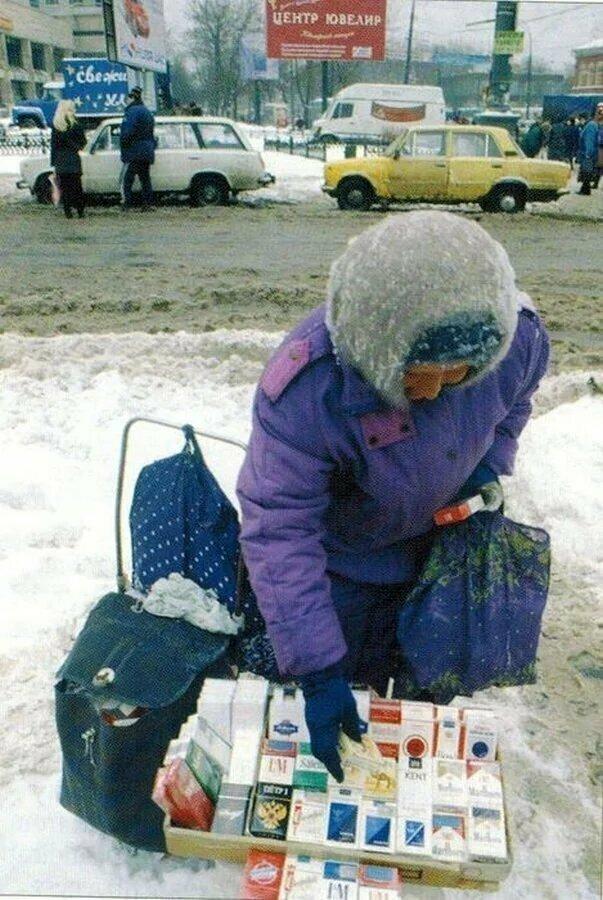 Бабушка торгует сигаретами на улице. Москва 1997 год