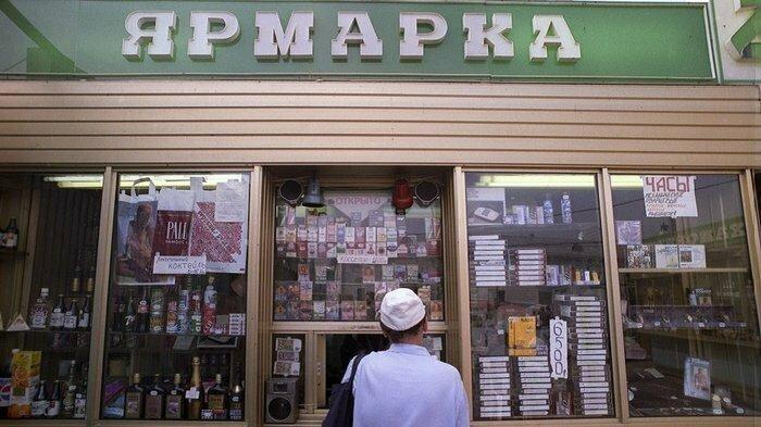 В одном ларьке могли одновременно продаваться напитки, сигареты, шоколад, презервативы, одежда, кассеты и газеты. Середина 90-х
