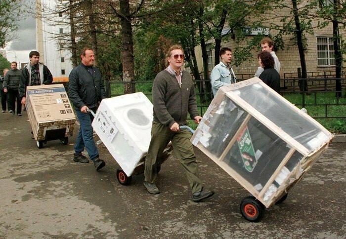 Люди стихийно скупают технику в период  дефолта - 1998 год