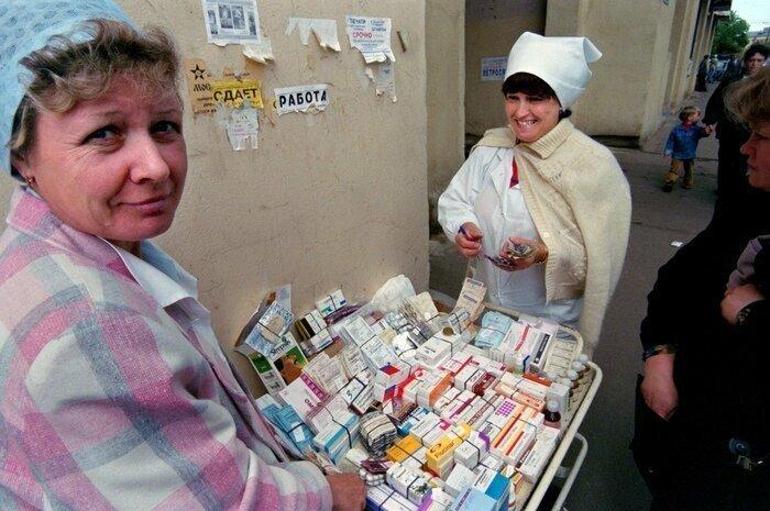 Продажа лекарственных препаратов на одной из центральных улиц Москвы. 4 июня 1996 года
