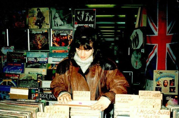Торговля виниловыми пластинками на «Горбушке» в Москве. Начало 90-х