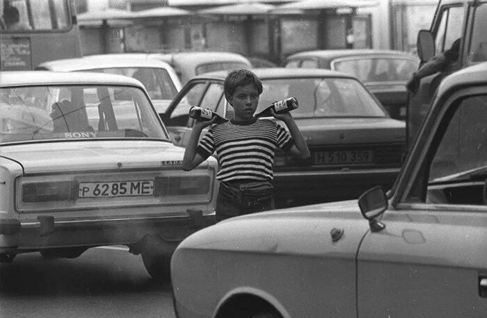 Москва, 1994 год. Начинающий предприниматель с товаром