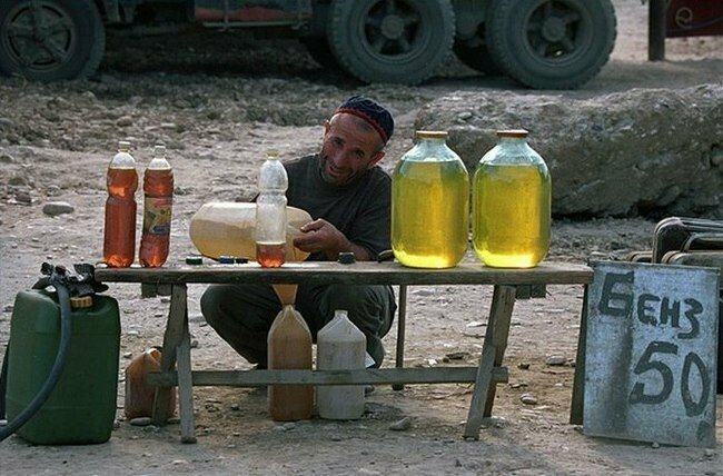 Стандартная картина в то время. Продажа бензина в Чечне. Конец 90-х