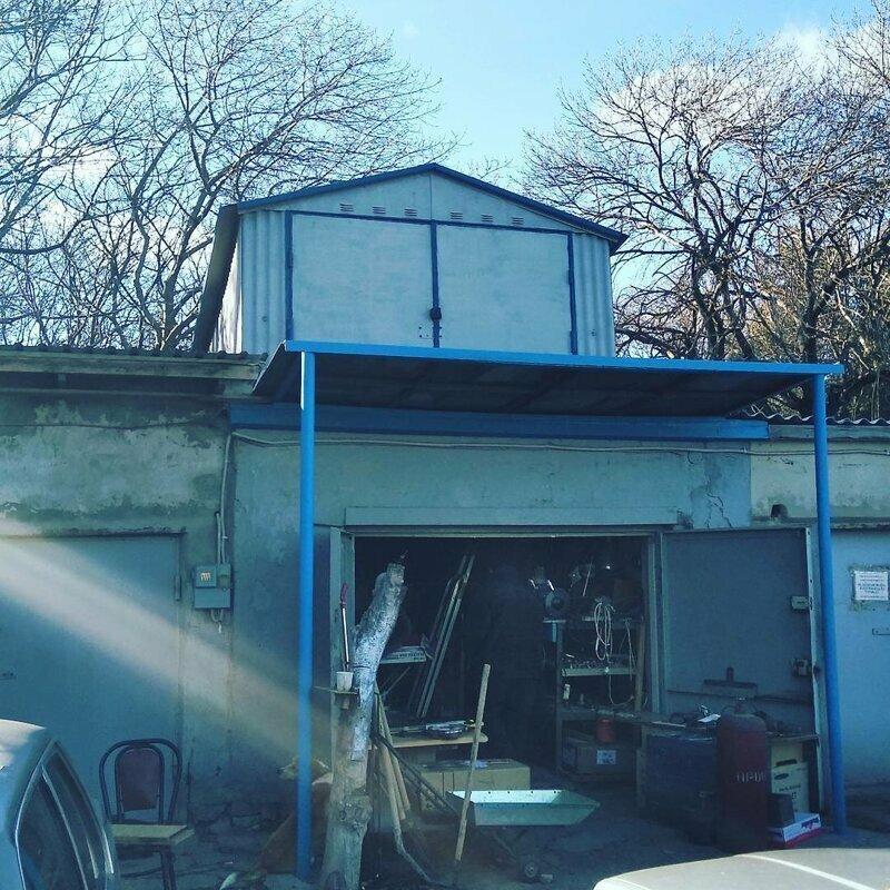 С отдельной террасой и видом на гаражный кооператив