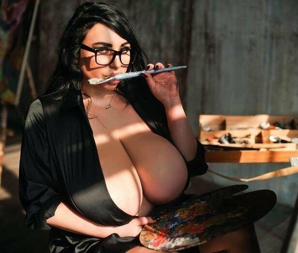 11 размер груди прославил москвичку на весь мир