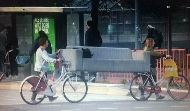 Эти люди придумали, как сэкономить на доставке дивана. Снимок сделан в Нидерландах