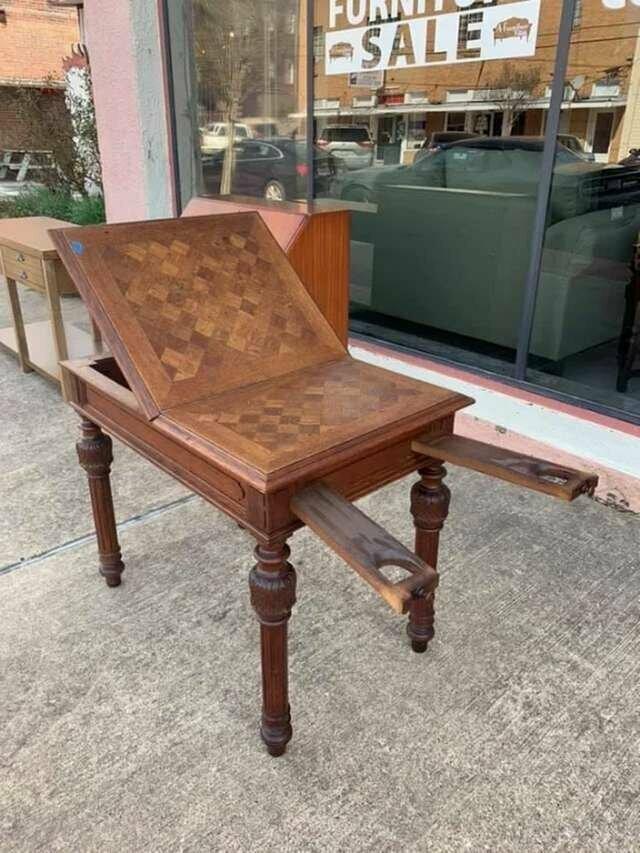 Нашел этот стол в лавке старьевщика на юге. Что за странная у него конструкция?