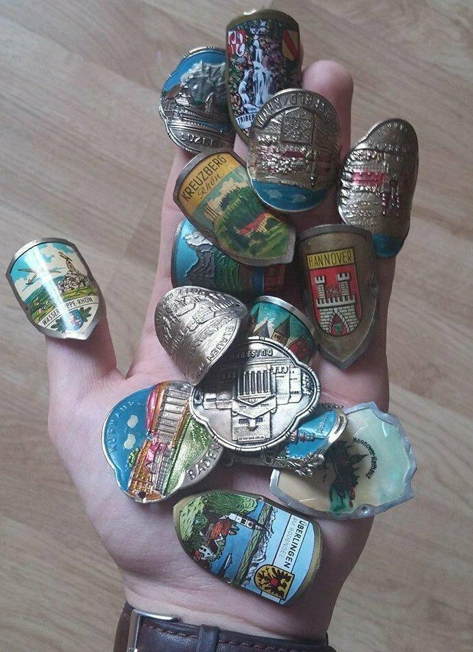 Старик, которого я встретил в Германии, отправил мне вот такие маленькие гербы. Он написал, что за свою жизнь я должен побывать во всех этих местах. Для чего предназначены эти штуки?