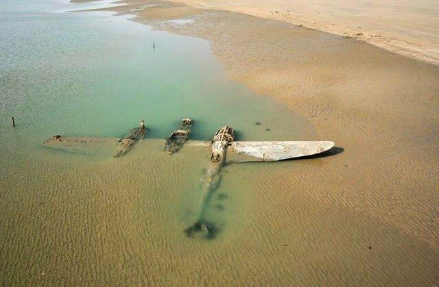 Спустя 65 лет на пляже в Уэльса показался затопленный американский истребитель P-38