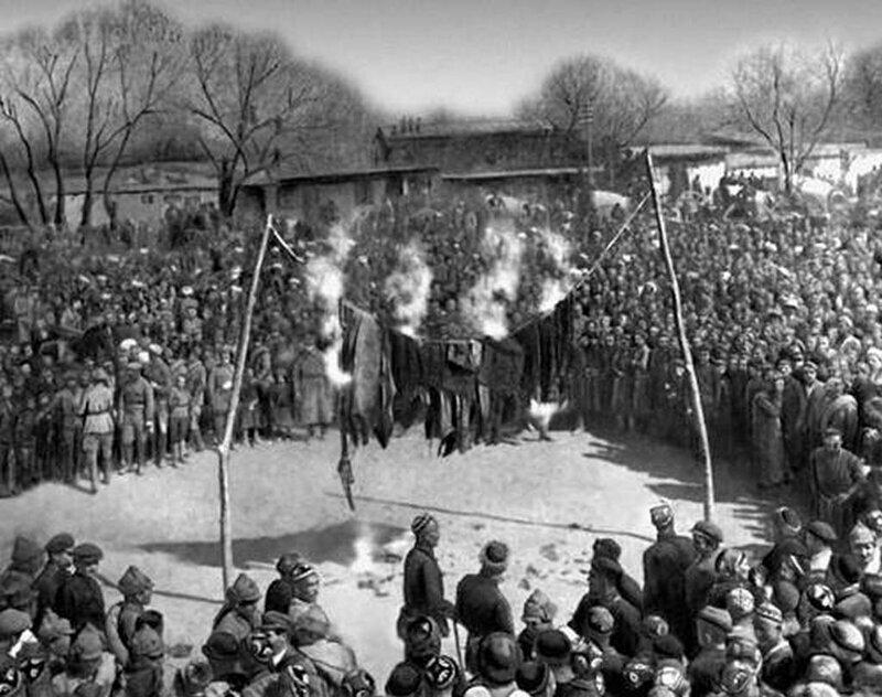 Митинг и сжигание паранджи на площади в Андижане, Узбекская ССР, 8 марта 1927 года