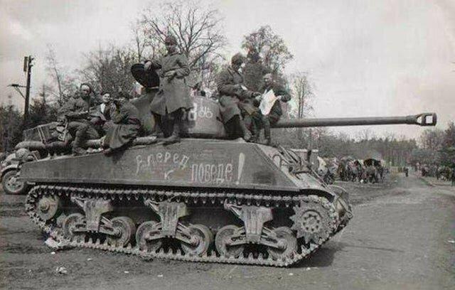 Советские солдаты на танке Шерман в Германии, 3 мая 1945 год