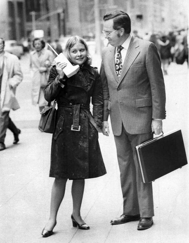 Девушка разговаривает по мобильному телефону DynaTAC, 1973 год