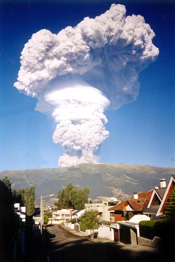 Момент извержения вулкана Пичинча в эквадорской столице Кито, 1999 год