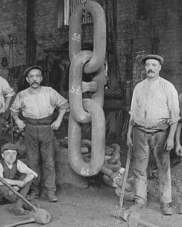 Рабочие куют цепи для Титаника, 1910 год