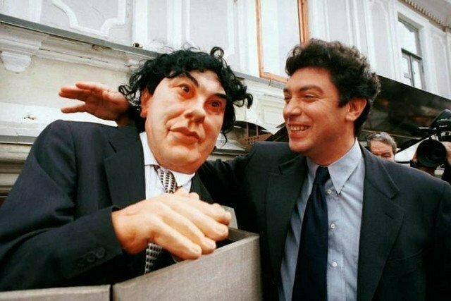 """Борис Немцов и реквизит из телепрограммы """"Куклы"""", Москва, 1996 год"""