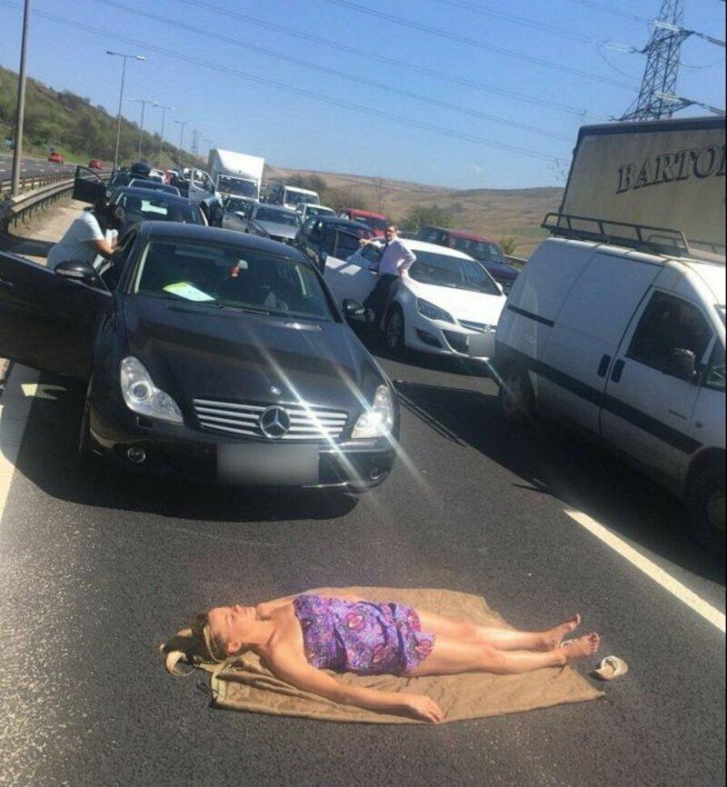 Во время аварии девушка решила воспользоваться ситуацией и позагорать