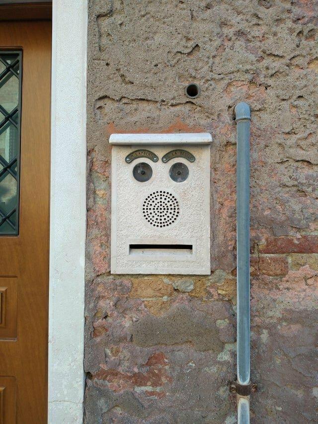 А этот дверной звонок, похоже, удивлён