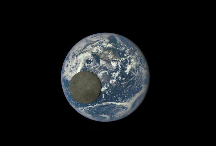 Темная сторона Луны, проходящей мимо Земли. Снимок сделан из глубины космоса