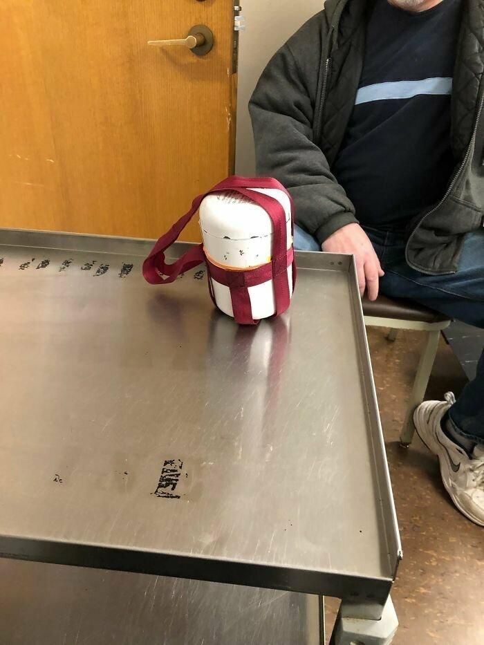 Свинцовый контейнер для перевозки радиоактивных таблеток, используемых при лечении рака щитовидной железы