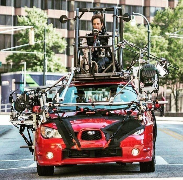 Секреты киносъемок: пока актер совершает необходимые по сюжету действия, сидя в машине, водитель управляет автомобилем, устроившись на крыше