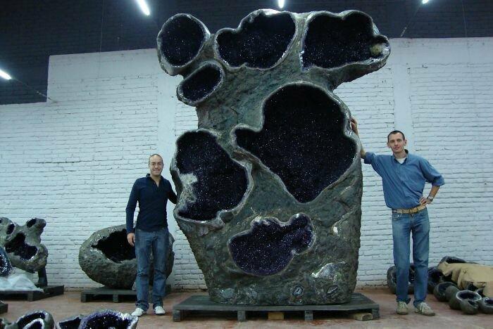 Гигантская аметистовая жеода - геологическое образование, которое прорастало сквозь щели в горных породах, заполняясь изнутри кристаллами аметиста