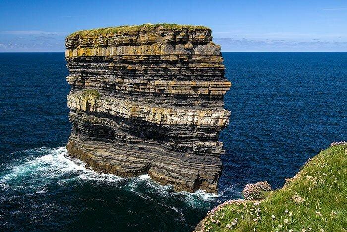 Скала Святого Патрика в Ирландии - наглядное пособие по формированию земной поверхности: каждый слой - несколько столетий