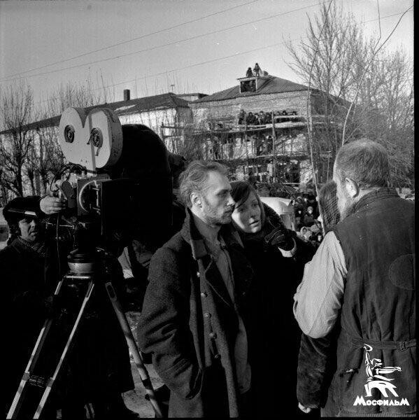 """Лариса Шепитько и Борис Плотников на съёмках """"Восхождения"""". Обратите внимание на зрителей на заднем плане"""