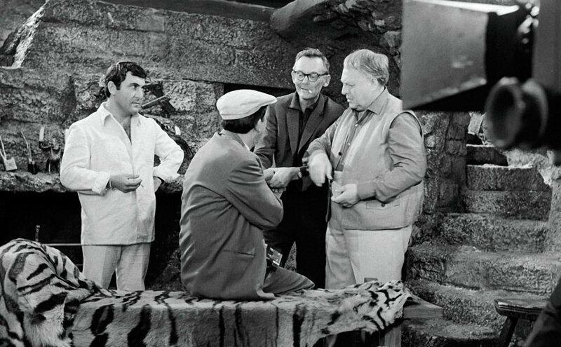 Леонид Гайдай показвыает Григорию Шпигелю и Леониду Каневскому, как правильно бинтовать руку Юрию Никулину