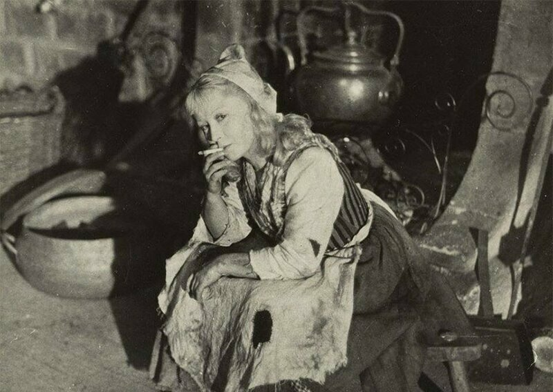 Янина Жеймо курит в образе Золушки на съёмочной площадке одноимённого фильма 1947 года
