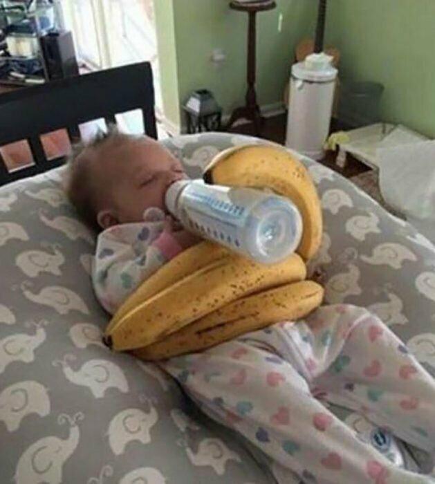 Попросила мужа покормить дочь, и вот что он придумал, чтобы не напрягаться