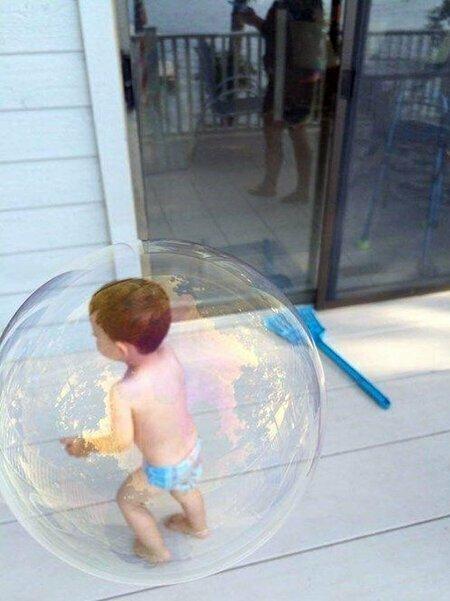 Малыш попал в мыльный пузырь